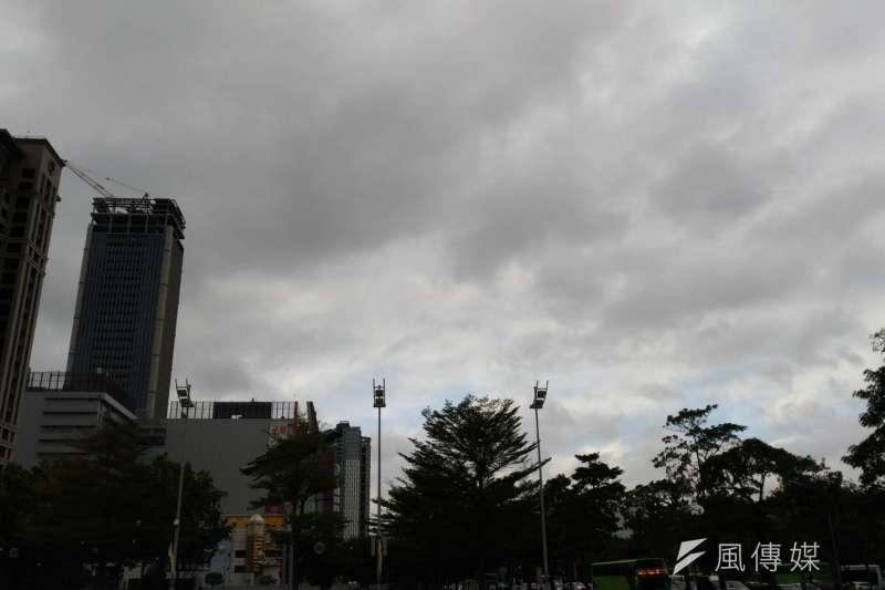環保局表示,31日跨年夜空氣品質恐達橘色警戒,敏感族群外出盡量攜帶口罩,預估會持續影響至1日清晨。(資料照,閻紀宇攝)