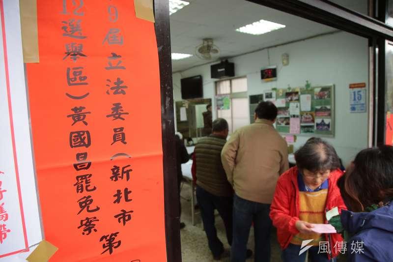 20171216-時代力量立委黃國昌罷免案16日舉行投票,民眾一早紛紛至投票所投票。(顏麟宇攝)