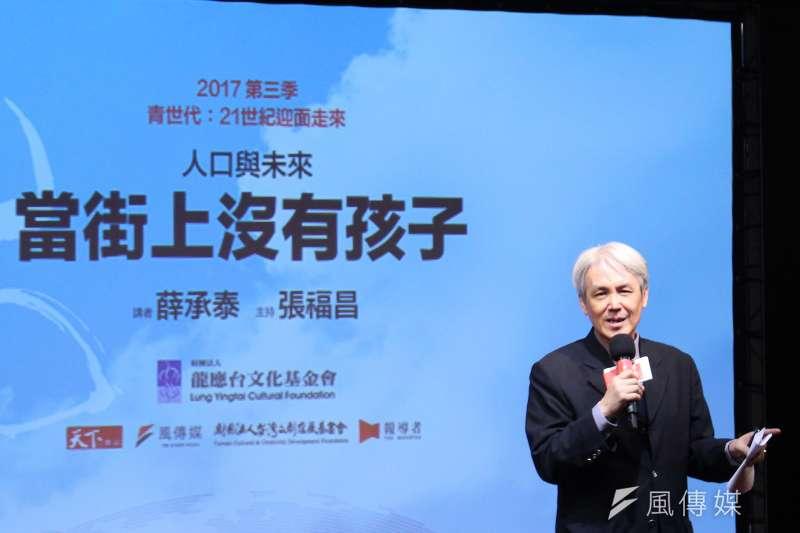 台大社會系教授薛承泰認為,教改廣設大學高中,造成高教崩盤,雖然當時出於善意,但是卻沒看接下來的人口趨勢資料。(方炳超攝)