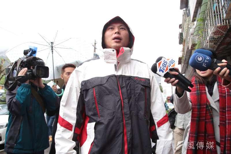 罷昌案投票16日登場,時代力量立委黃國昌一早步行至投票所。(顏麟宇攝)