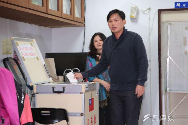 20171216-時代力量立委黃國昌16日一早至投票所投票。(顏麟宇攝)