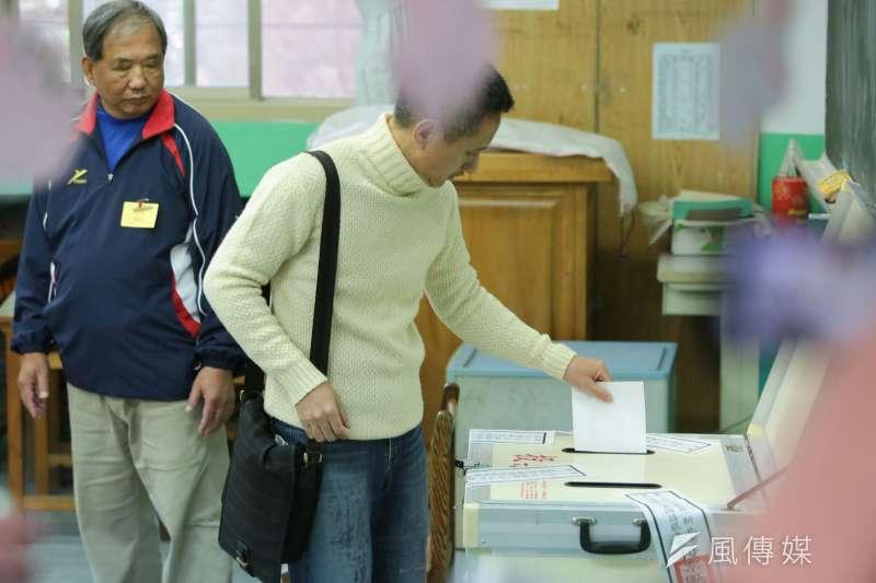 2017-12-16-罷免黃國昌投票,安定力量主席孫繼正投票02。(顏麟宇攝)