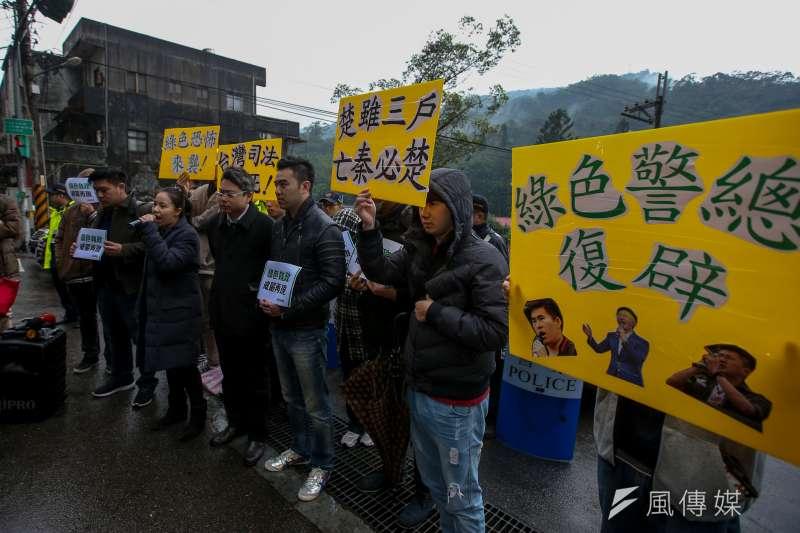 新黨王炳忠等4人疑涉《國安法》遭調查局幹員帶走案,新黨號召民眾到北宜公路上的調查局國安站外聲援。(陳明仁攝)