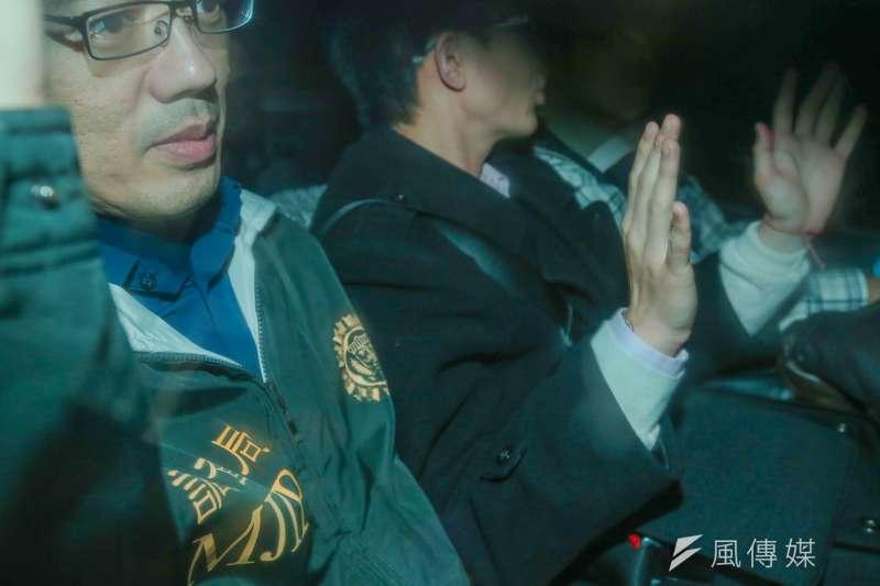 新黨新思維中心主任侯漢廷被移送北檢,高舉雙手喊話。(陳明仁攝)