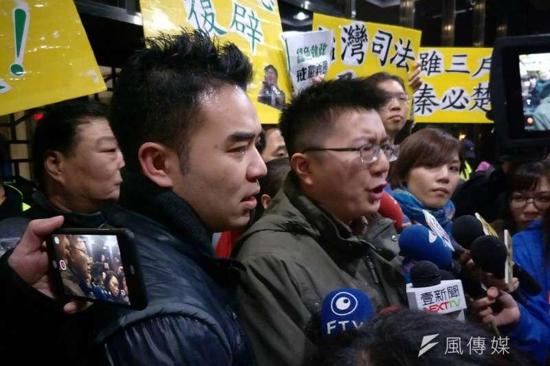 新黨律師及支持者,在北檢外群聚聲援王炳忠。(周怡孜攝)