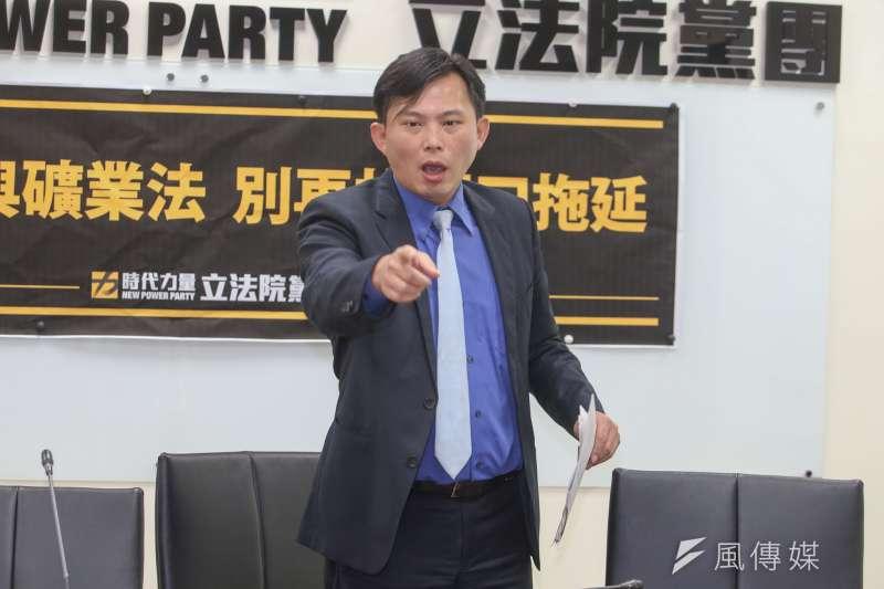 作者聲稱,黃國昌把自己當成「第二軌執政黨」,諸多重大政策的立場「可能偏頗」,諸如從死刑存廢、毒品除罪化與同性婚姻等,觸怒了選民。(陳明仁攝)
