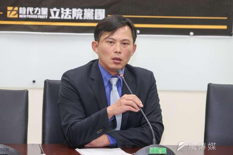 作者認為,時代力量作為民進黨的附屬黨團,交換政黨權利,更失去了當初監持目標理想,只想以網路帶風向,操弄民粹者,只會步入台聯黨後塵。而作者表示,安定力量所代表是正義的力量,是代表小老百姓的心聲,最珍貴的公民的聲音,相信冥冥之中,有一股力量引領台灣走向正道。(陳明仁攝)