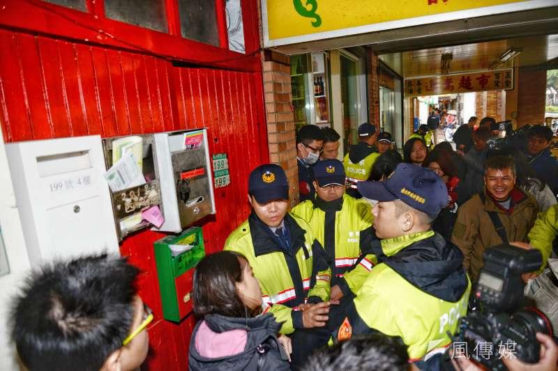 台北地檢署、警方依涉嫌違反《國家安全法》,持搜索票搜索王炳忠住家。(甘岱民攝)