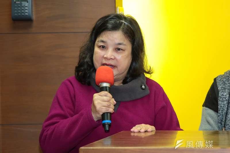 侯漢廷母親19日針對新黨黨工住家遭調查局搜索一事,出席記者會說明。(顏麟宇攝)