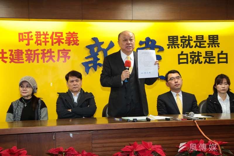 新黨副主席李勝峰19日針對新黨黨工住家遭調查局搜索一事,召開記者會說明。(顏麟宇攝)