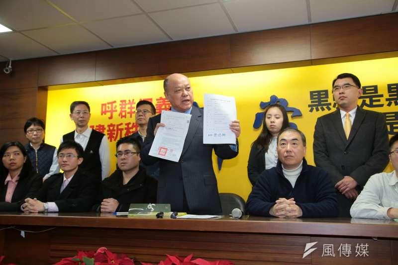 新黨副主席李勝峰(右二)20日再度召開記者會,新黨青年軍王炳忠(左三)坐在一旁神情嚴肅。(顏麟宇攝)