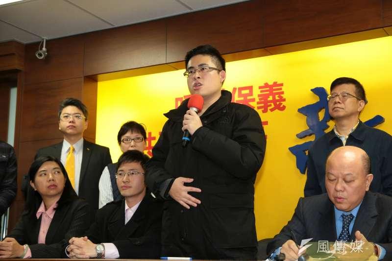 新黨發言人王炳忠20日出席記者會,說明遭檢調搜索約談之事。(顏麟宇攝)