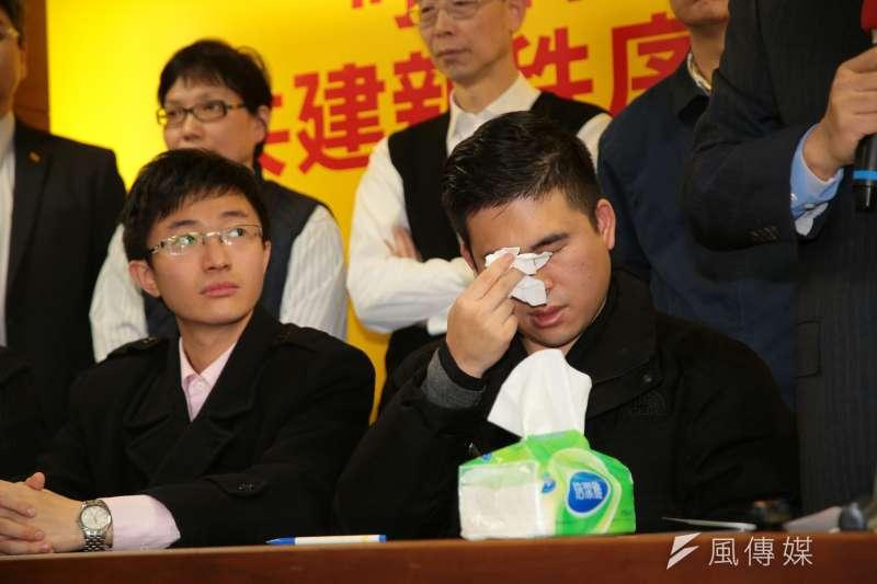 新黨發言人王炳忠談到昨日被調查經過,拿面紙擦拭眼淚。(顏麟宇攝)