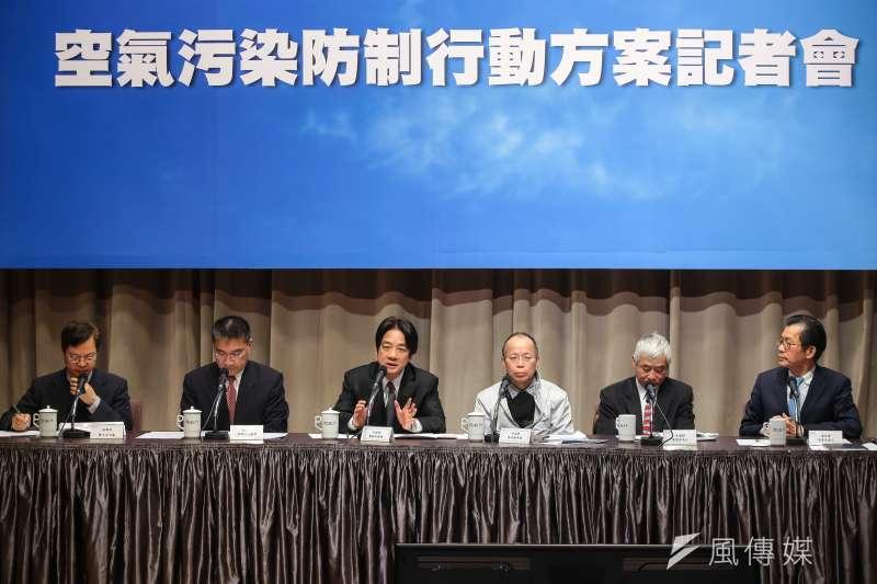 20171221-行政院長賴清德(左三)21日於院會後,親自召開「空氣汙染防制行動方案」記者會。(顏麟宇攝)