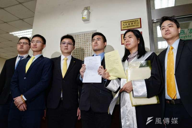 新黨發言人王炳忠(右三)申請移轉管轄。(甘岱民攝)