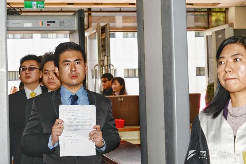 新黨發言人王炳忠(左)違反《國家安全法》,日前監察院通過監委王美玉提案,認為檢方以犯罪尚不明確意涵的「他」字案偵查,卻同時開出傳票、拘票和搜索票,有程序正義問題。(資料照,甘岱民攝)
