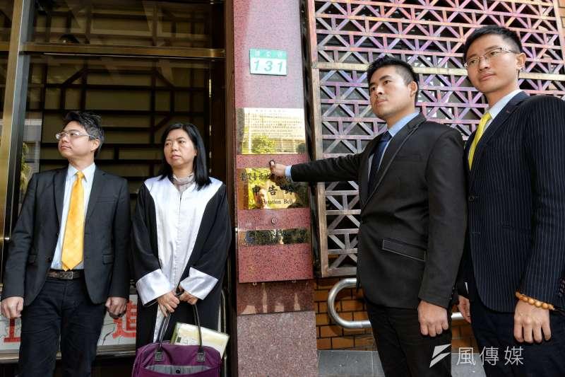 新黨發言人王炳忠遭調查,台北律師公會今天表示,突顯刑事訴訟法設計不良。圖為王炳忠(右二)按鈴申告。(甘岱民攝)