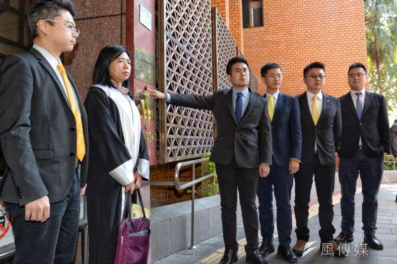 新黨發言人王炳忠(右四)等遭搜索後,按鈴申告。(甘岱民攝)