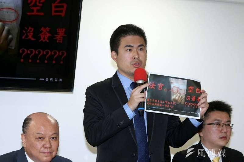 新黨副主席李勝峰(左)22日上午主持記者會,會中李和新黨發言人王炳忠(中)指控檢調違法搜索,搜索票上頭連法官簽名都沒有。(蘇仲泓攝)