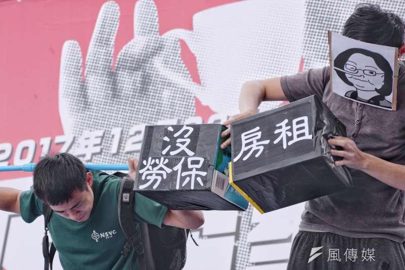 圖為「反勞基法修惡大遊行」的青年團體行動劇(甘岱民攝)