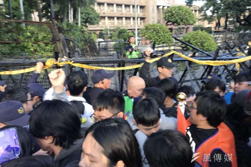 警察一路緊跟著勞團遊行隊伍,在行政院拒馬前產生衝突。(謝孟穎攝)