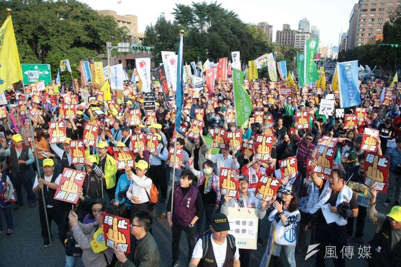 20171223-勞團抗議勞基法休法、一例一休、輪班間隔,目前癱瘓忠孝東西路中山南北路口。(顏麟宇攝)