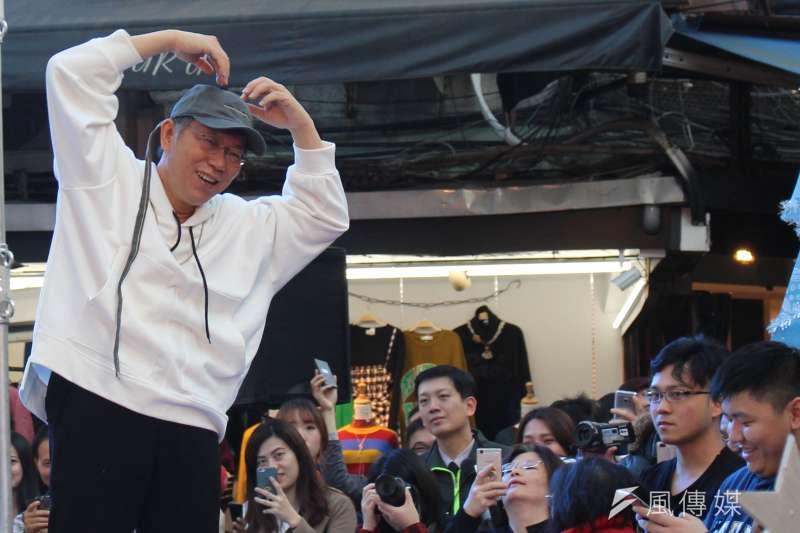 台北市長柯文哲23日出席2017五分埔 COOL秀衣術節,也在五分埔購買衣物,化身潮男上台走秀。(方炳超攝)