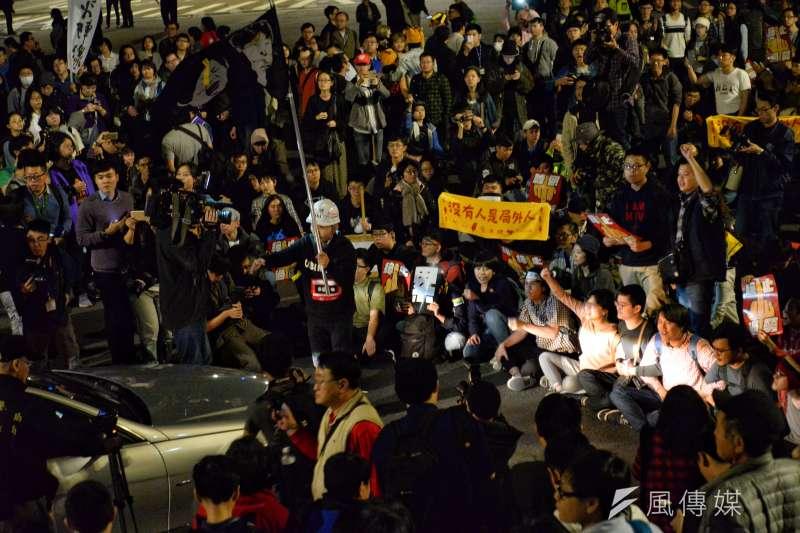 桃產總顧問毛振飛宣布解散,但是一些自發性的群眾不願解散。(甘岱民攝)