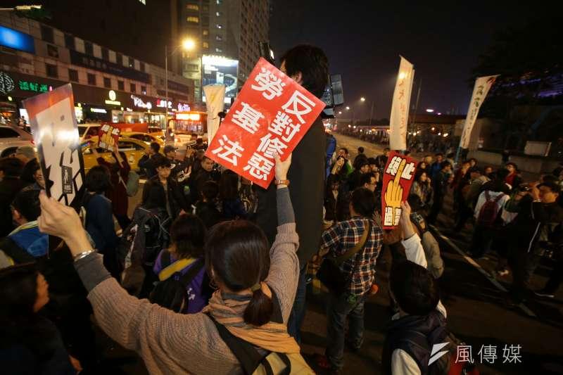 勞團抗議勞基法休法,晚間前往台北市襄陽路,與警方對峙。(顏麟宇攝)