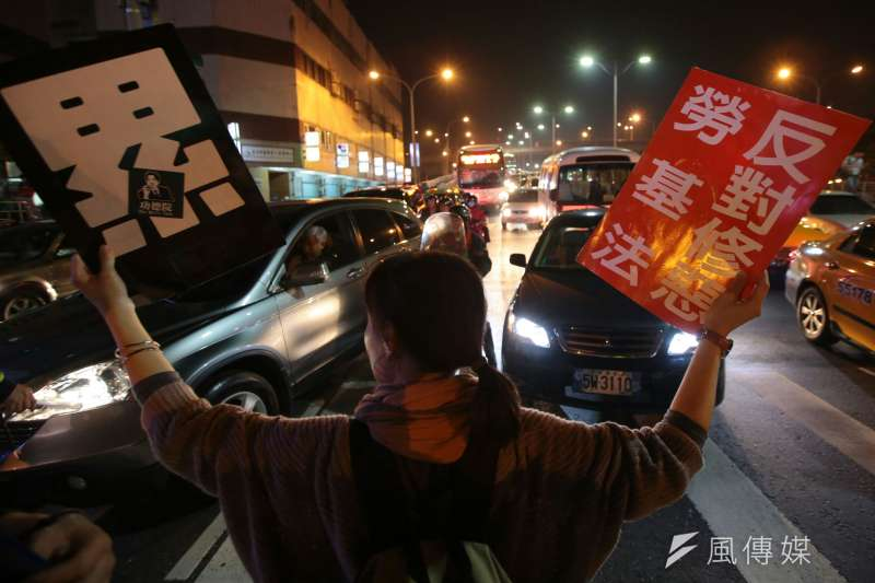 勞工大遊行,勞團抗議勞基法休法,晚間擋在忠孝橋前與警方拉扯。(顏麟宇攝)
