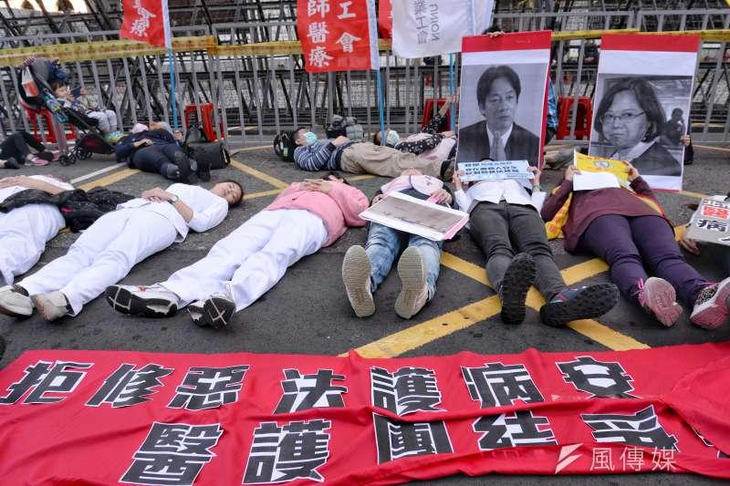 「拒修惡法護病安,醫護團結爭勞權」記者會,記者會最後,所有醫護人員躺在地上,象徵醫護人員已經過勞。(甘岱民攝)