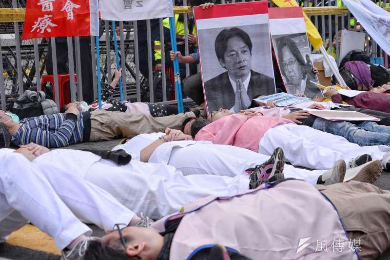 201712223-「拒修惡法護病安,醫護團結爭勞權」記者會,所有醫護人員躺在地上,象徵醫護人員的過勞。(甘岱民攝)