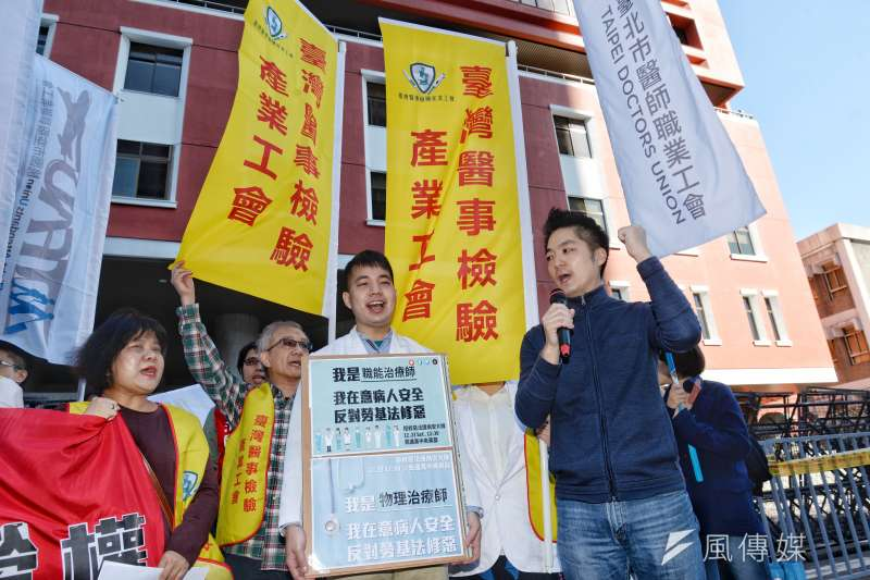201712223-「拒修惡法護病安,醫護團結爭勞權」記者會,蔣萬安前來聲援。(甘岱民攝)