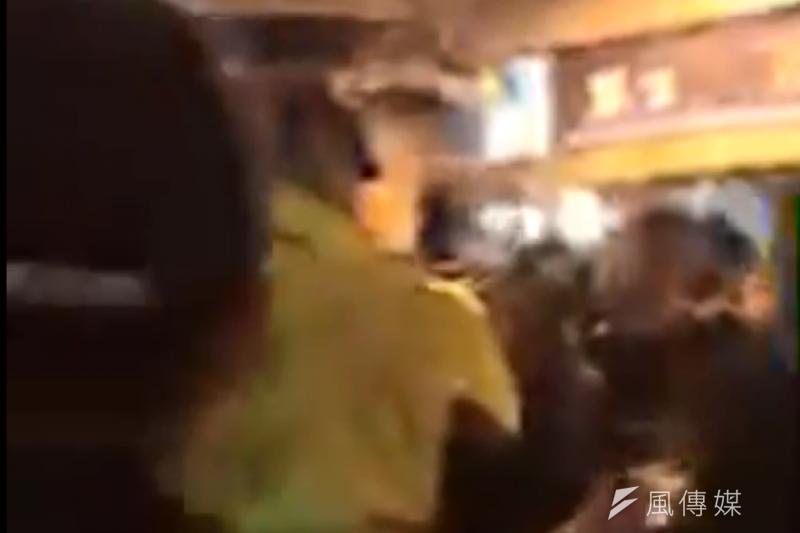 勞工大遊行,警方將民眾從台北車站東三門帶出。(謝孟穎攝)