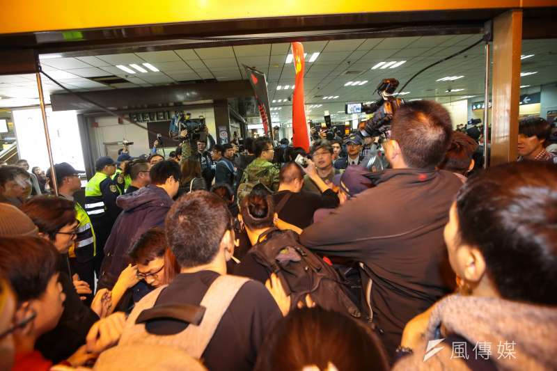 勞團「反對勞基法修惡大遊行」,晚間主辦單位宣布遊行結束後,部分學生不願離去傍晚湧入台北車站抗議。(資料照,顏麟宇攝)
