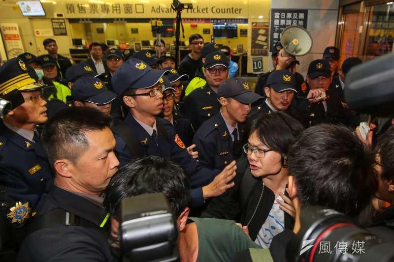 勞團23日舉行反勞基法修惡大遊行,晚間部分群眾於台北車站遭優勢警力包圍。(資料照,顏麟宇攝)