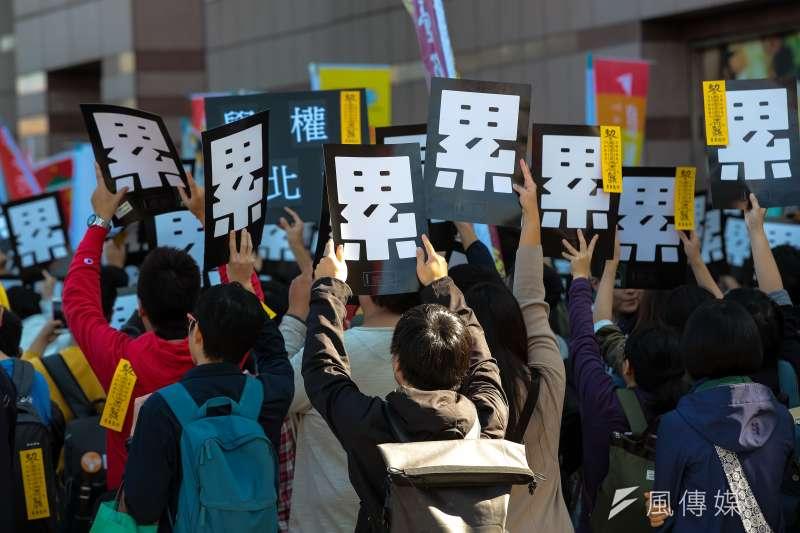 勞團23日舉行「反對勞基法修惡大遊行」,並高舉「累」的標語表達訴求。(顏麟宇攝)