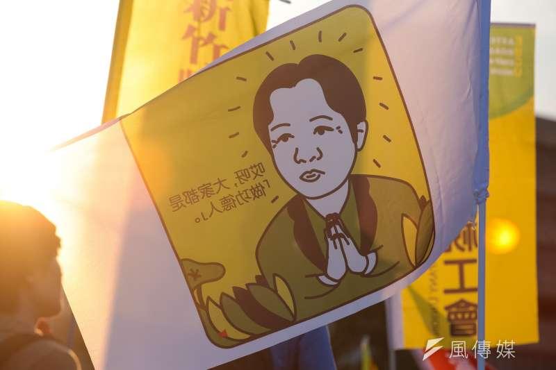 20171223-勞團23日舉行「反對勞基法修惡大遊行」,遊行民眾衝破封鎖線佔領車道抗議,並舉著畫有行政院長賴清德的旗子表達訴求。(顏麟宇攝)