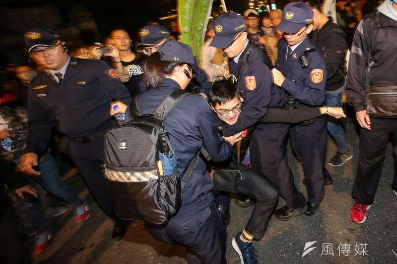 勞團23日舉行遊行,台北市長柯文哲24日表示,昨天晚間9點多,警察局長陳嘉昌曾詢問堵住交通怎麼辦?柯指示,堵住幹線交通不行,要排除。(資料照,顏麟宇攝)