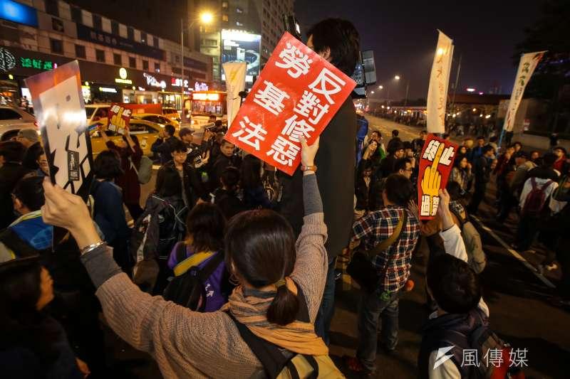 勞團12月23日舉行「反對勞基法修惡大遊行」,晚間散場後部分學生不願離去,並採取街頭游擊戰方式步行佔領忠孝西路車道表達抗議。(顏麟宇攝)