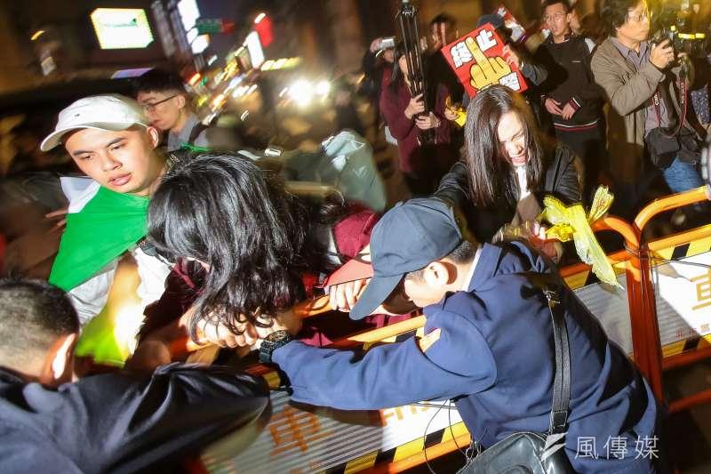 勞團23日舉行「反對勞基法修惡大遊行」,晚間散場後部分學生不願離去,並採取街頭游擊戰方式於懷寧街與警方發生拉扯衝突。(顏麟宇攝)