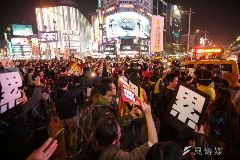 20171223-勞團23日舉行「反對勞基法修惡大遊行」,晚間散場後部分學生不願離去,並採取街頭游擊戰方式步行佔領中華路車道表達抗議。(顏麟宇攝)