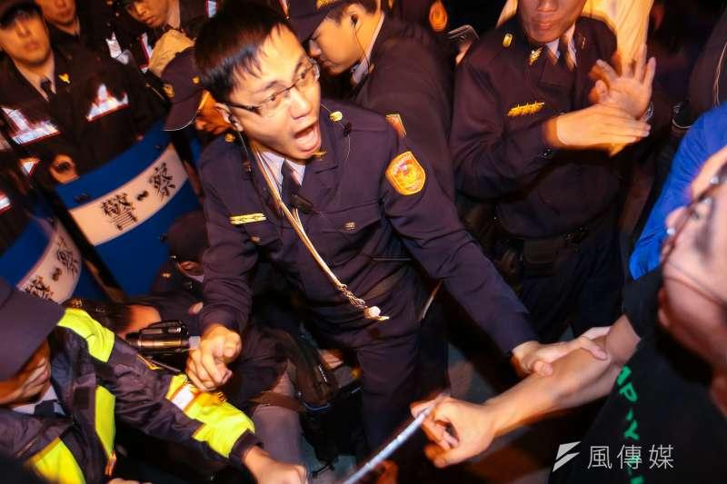 20171223-勞團23日舉行「反對勞基法修惡大遊行」,晚間散場後部分學生不願離去,並採取街頭游擊戰方式步行佔領北市車道表達抗議,最後於台北車站東三門前與警方發生對峙,基層警員過勞,紛紛上警政署臉書表達不滿。(顏麟宇攝)