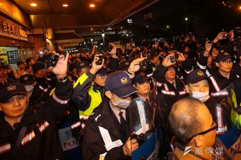 20171223-勞團23日舉行「反對勞基法修惡大遊行」,晚間散場後部分學生不願離去,並採取街頭游擊戰方式步行佔領北市車道表達抗議,最後於台北車站東三門前與警方發生對峙。(顏麟宇攝)