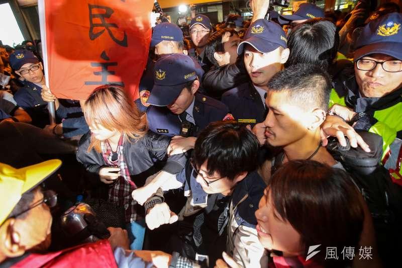 20171223-勞團23日舉行「反對勞基法修惡大遊行」,晚間散場後部分學生不願離去,並採取街頭游擊戰方式步行佔領北市車道表達抗議,最後於台北車站東三門前與警方發生對峙推擠。(顏麟宇攝)