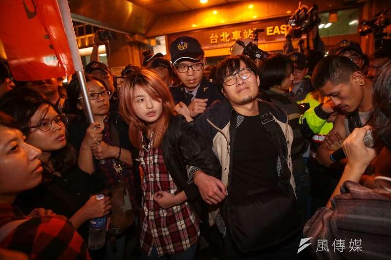 勞團去年12月23日舉行「反對勞基法修惡大遊行」,晚間散場後部分學生不願離去,並採取街頭游擊戰方式步行佔領北市車道表達抗議,最後於台北車站東三門前與警方發生對峙推擠。(顏麟宇攝)
