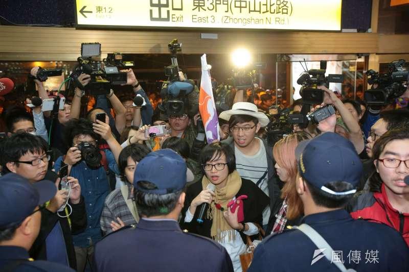 勞工大遊行,學生說要進去台北車站搭捷運,警察擋在前方。(顏麟宇攝)