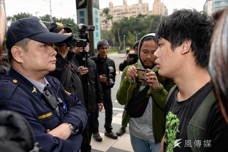 20171225-柯文哲執政三週年記者會,場外護樹志工與警察對峙。(甘岱民攝)