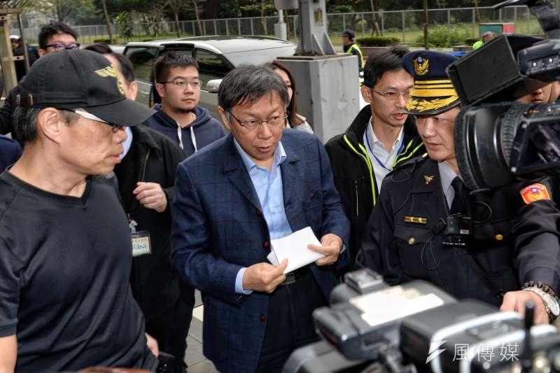 台北市長柯文哲執政三週年記者會,場外護樹團體抗議,柯文哲在警察的護送下步入會場。(甘岱民攝)