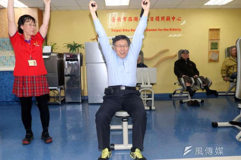 20171226-台北市長柯文哲下午走訪西湖老人日間照顧中心,並實際操作平日給長輩使用的健身器材。(蘇仲泓攝)